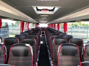 wnętrze autokaru Mercedes przeznaczonego na wynajem. Szczegóły dostępne w biurze podróży Odra Travel w Szczecinie.