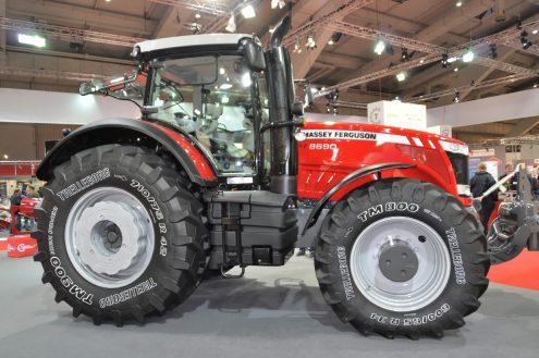 Czerwony traktor ekspozycja na targach Agritechnika.