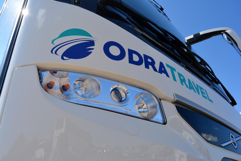 Logo biura na przedzie autokaru. Oferta firmy transportowej.
