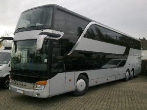 Srebrny autobus piętrowy Setra. Transport krajowy i międzynarodowy.