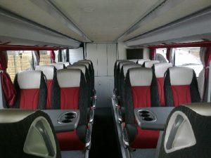 Fotele ze stolikami na dolnym pokładzie autokaru piętrowego.