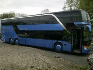 Granatowy autobus piętrowy. Oferta dla grup.