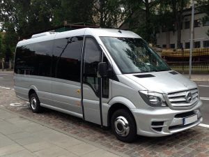 Srebrny bus Mercedes na parkingu. Oferta wynajmu transportu.