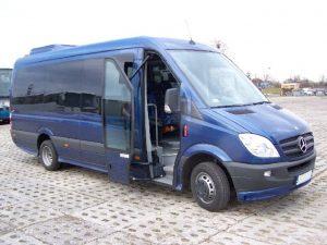 Granatowy bus Mercedes na parkingu. Oferta wynajmu transportu.