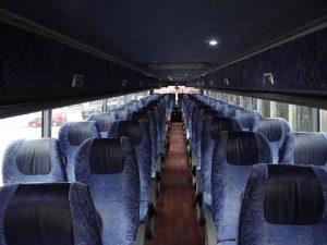 Fioletowe fotele w autokarze. Oferta wyanajmu autobusów turystycznych.