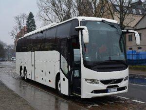 Biały autobus turystyczny Volvo. Transport krajowy i międzynarodowy - oferta.