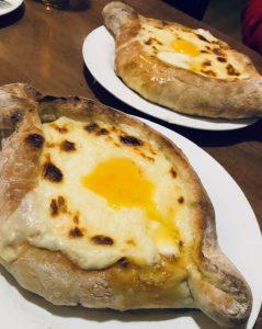 Przykład pysznej gruzińskiej kuchni: chaczapuri adżarskie