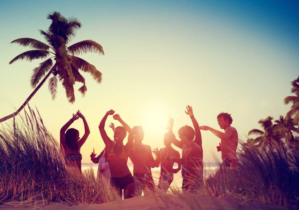 zabawa grupy na plaży.zapraszamy zorganizowane grupy do współpracy