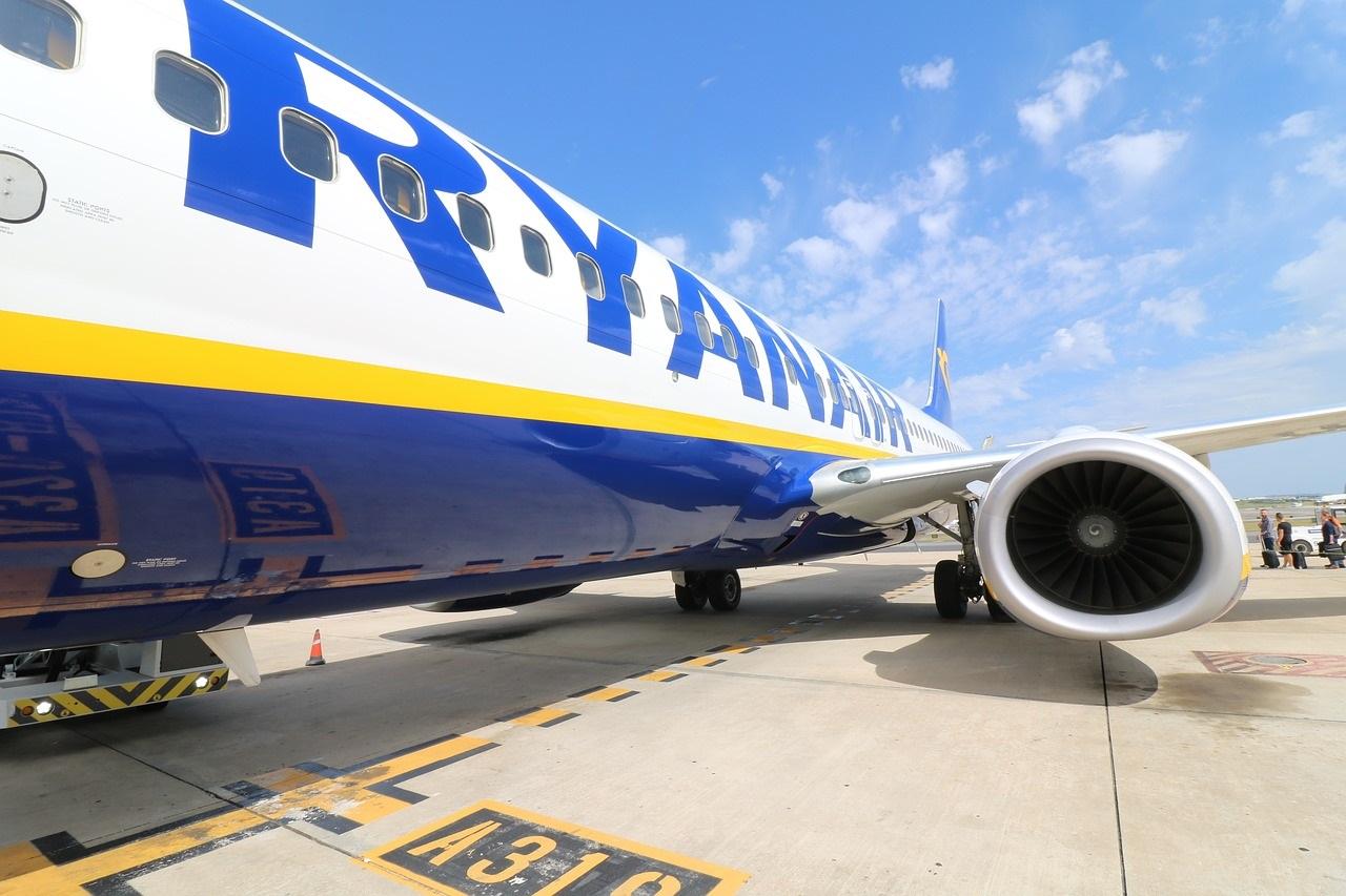 samolot tanich linii lotniczych.oferta bazująca na tanich liniach dostępna w biuże podróży OdraTravel w Szczecinie.