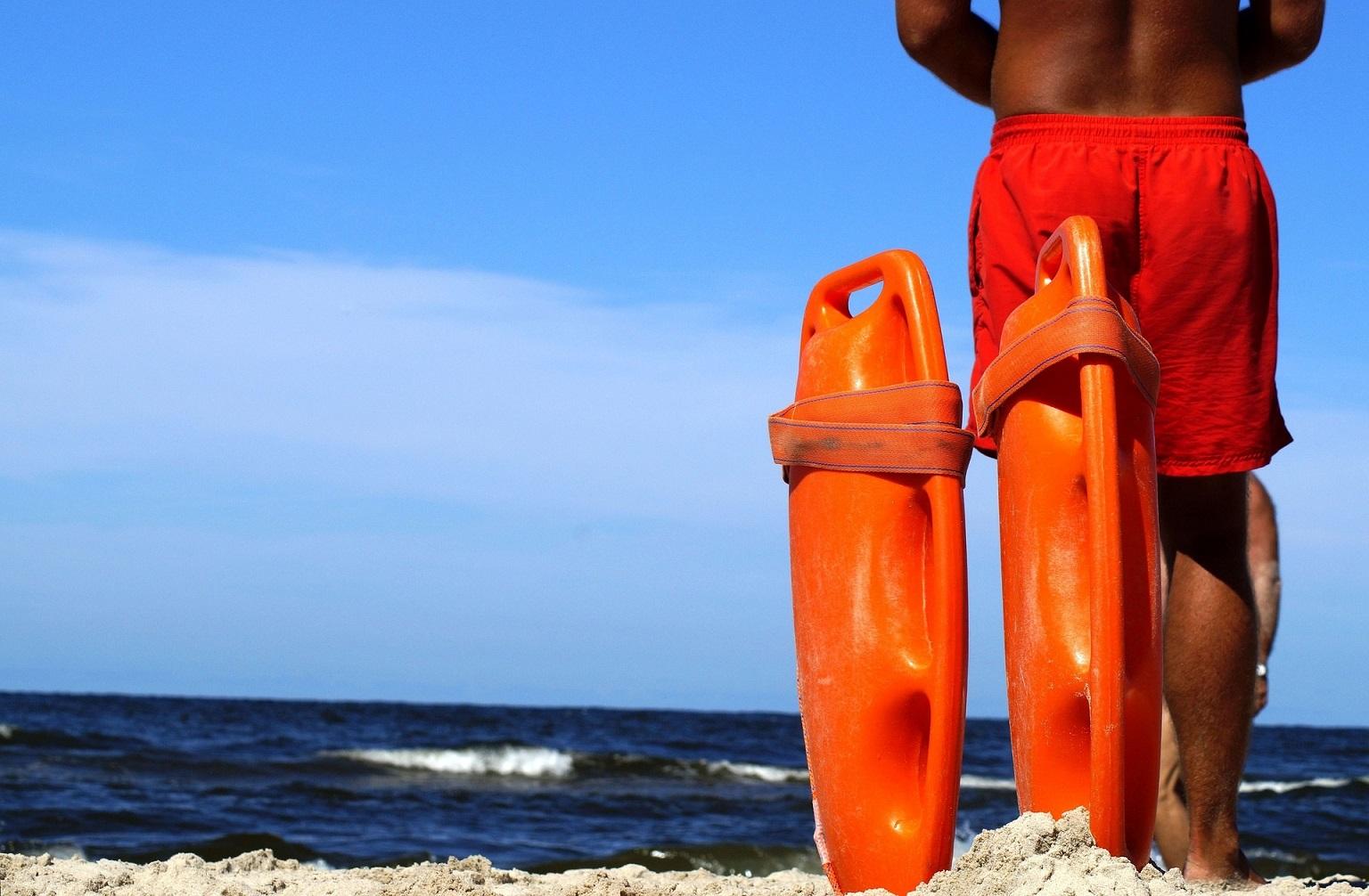 ratownik nad morzem symbolizujący bezpieczeństwo które gwarantuje współpraca z biurem podróży OdraTravel w Szczecinie