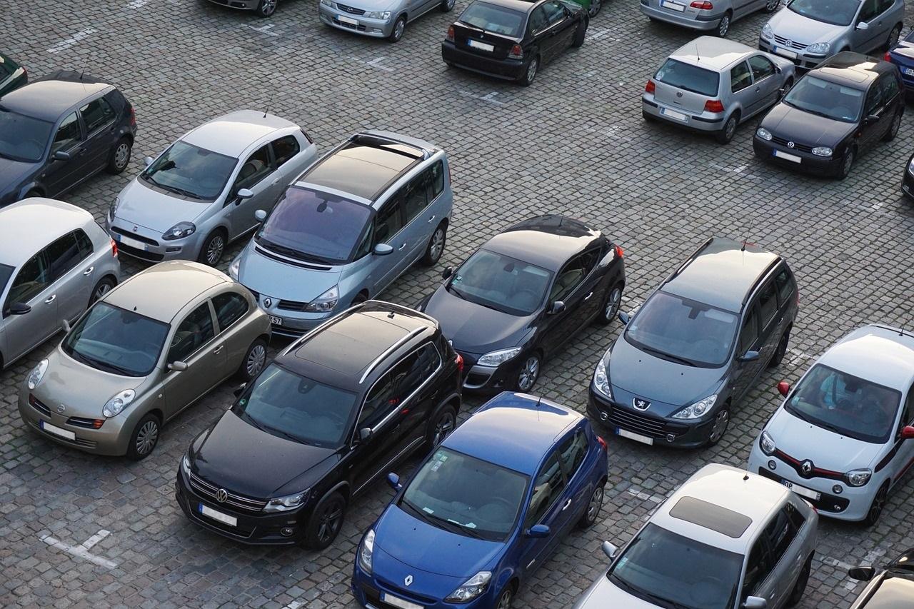 samochody zaparkowane na parkingu przy lotnisku. oferta dostępna w biurze podróży Odra Travel w Szczecinie