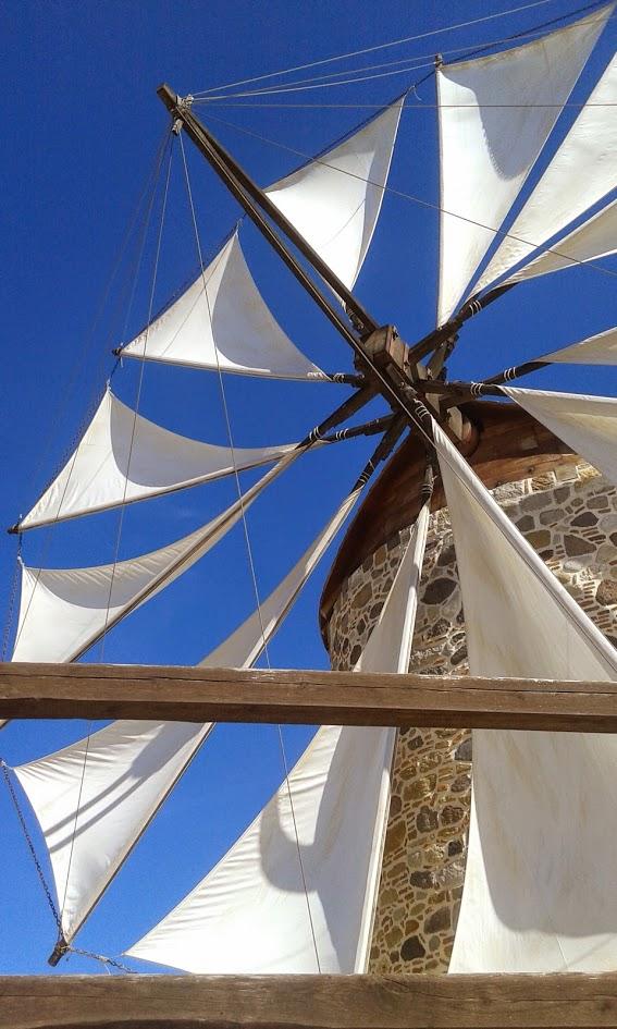 wiatrak na tle błękitnego nieba na greckiej wyspie Kos