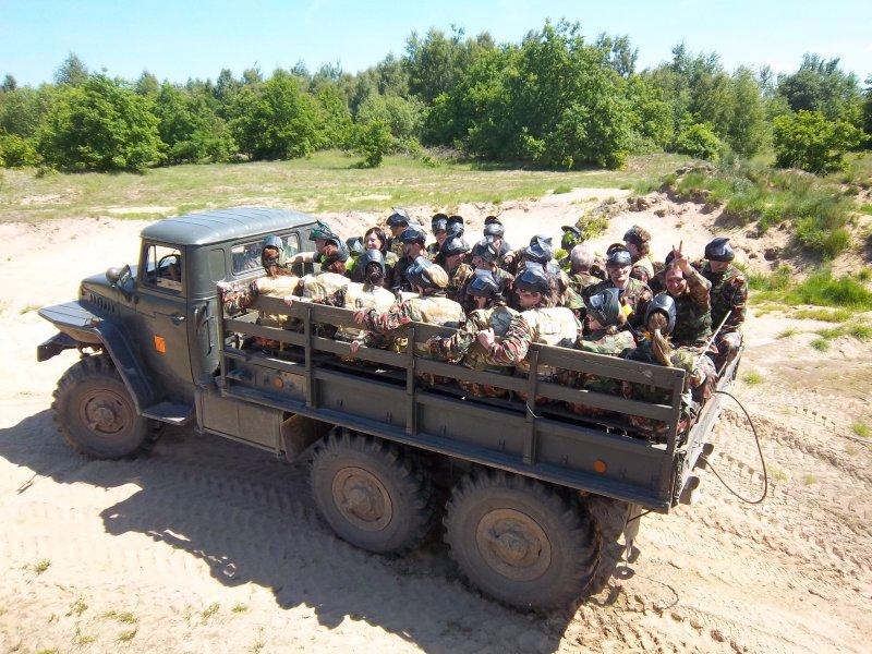 przejazd po pace wojskowego samochodu Ural uczestników integracji