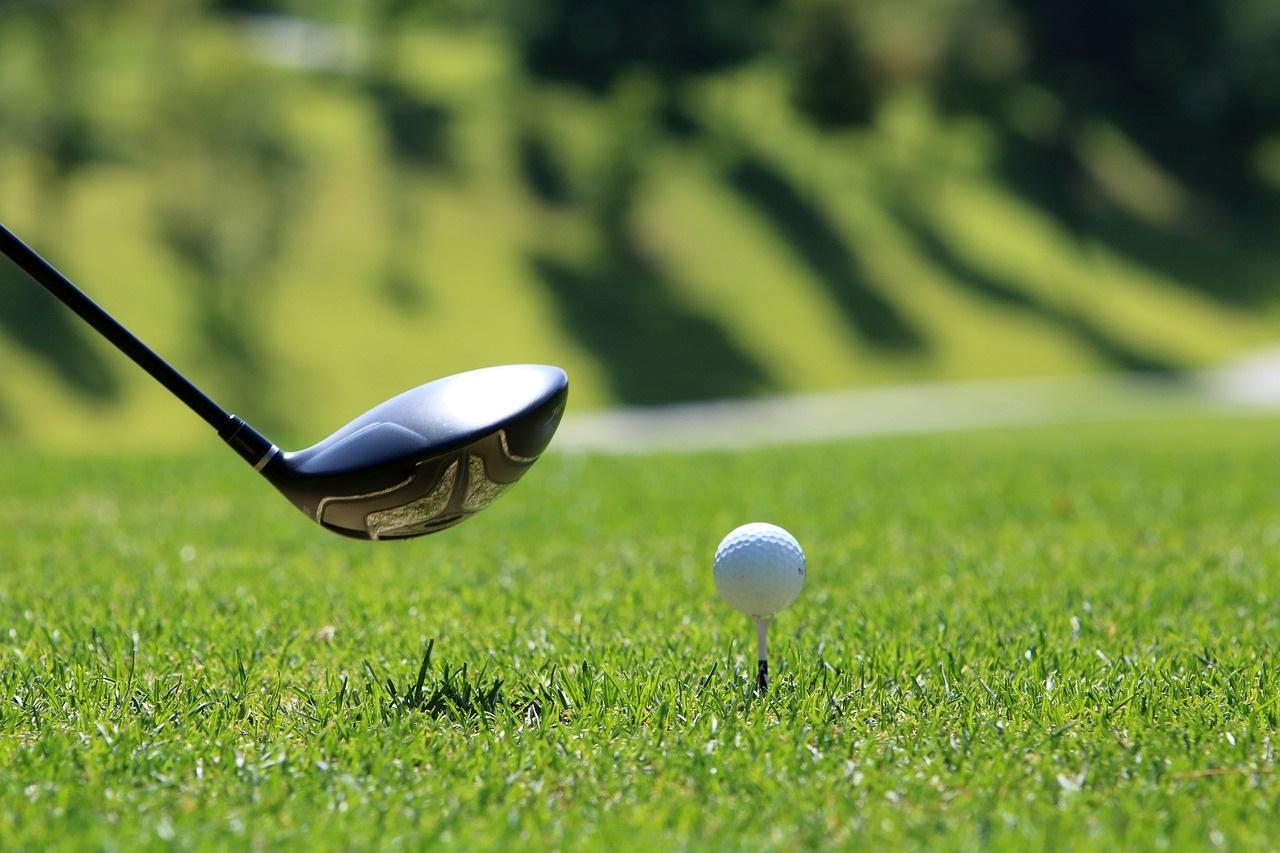 piłeczka golfowa i kij golfowy na sekundę przed uderzeniem